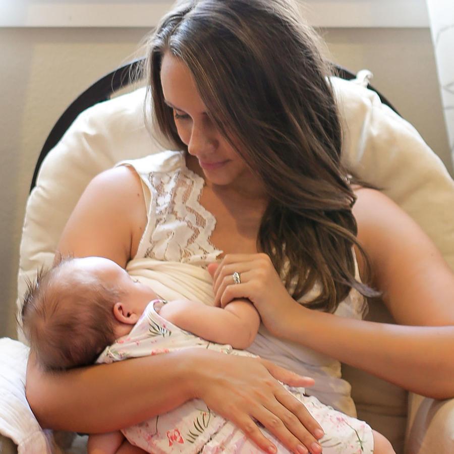 Mujer amamantando a su bebé