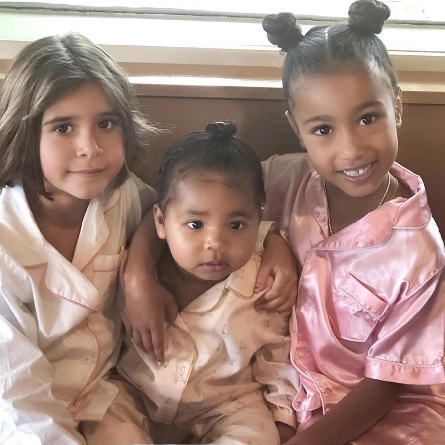Penelope Disick, True Thompson y North West posando en Instagram en julio de 2019