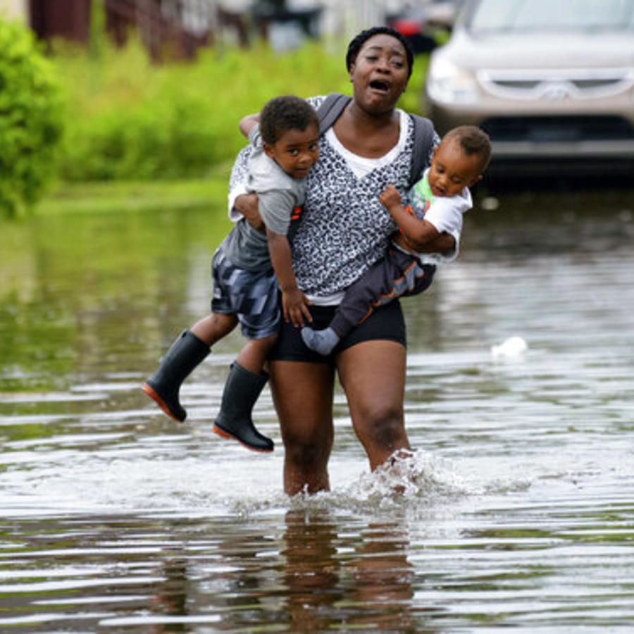 Una mujer con dos niños durante la inundación de este miércoles en Nueva Orleans, Louisiana.
