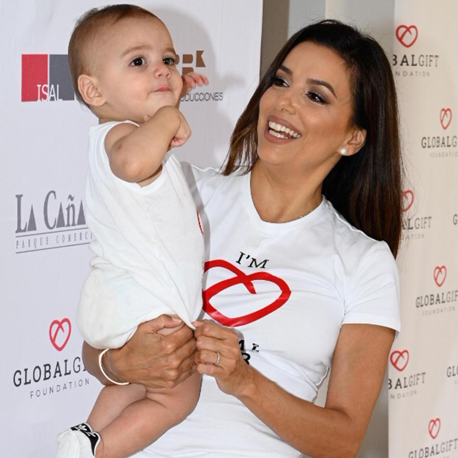 Eva Longoria sosteniendo a su hijo ante las cámaras en un evento de Global Gift en julio de 2019