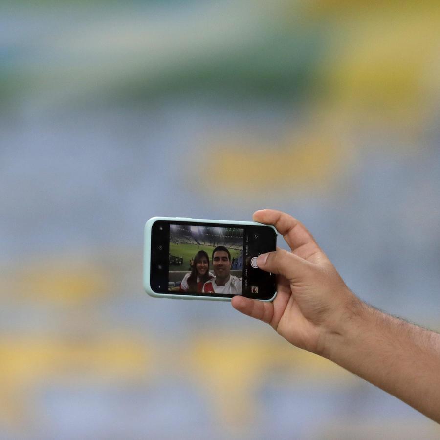 Imagen de archivo de una pareja tomándose una selfie en Brasil.