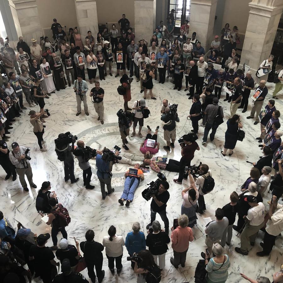 70 religiosos y activistas católicos se dejaron arrestar por la policía del Capitolio tras protestar contra la detención de menores en la frontera sur