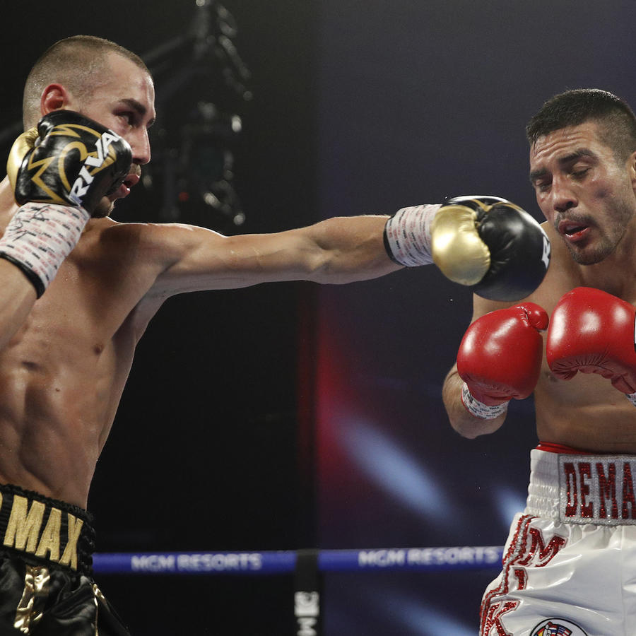 Maxim Dadashev (a la izquierda) golpea a Antonio DeMarco en una imagen de archivo de un combate en 2018 en Las Vegas.