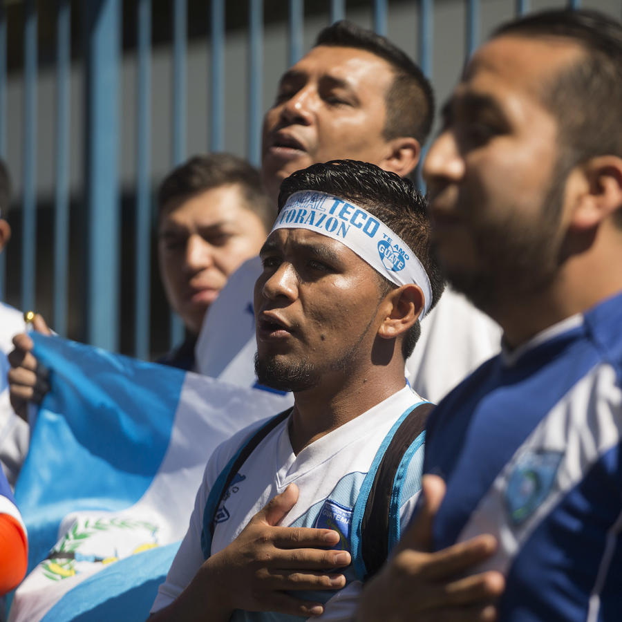 Imagen de archivo de fanáticos de fútbol guatemaltecos.
