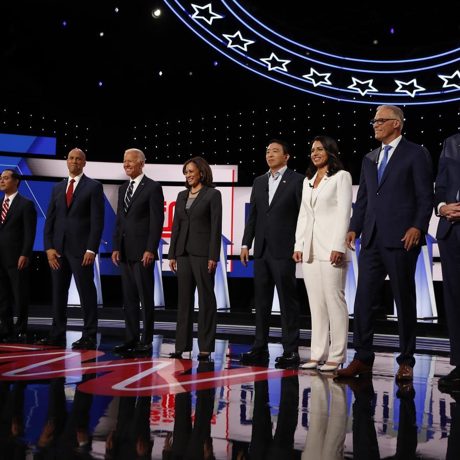 Fotografía de los participantes del día dos del segundo debate demócrata