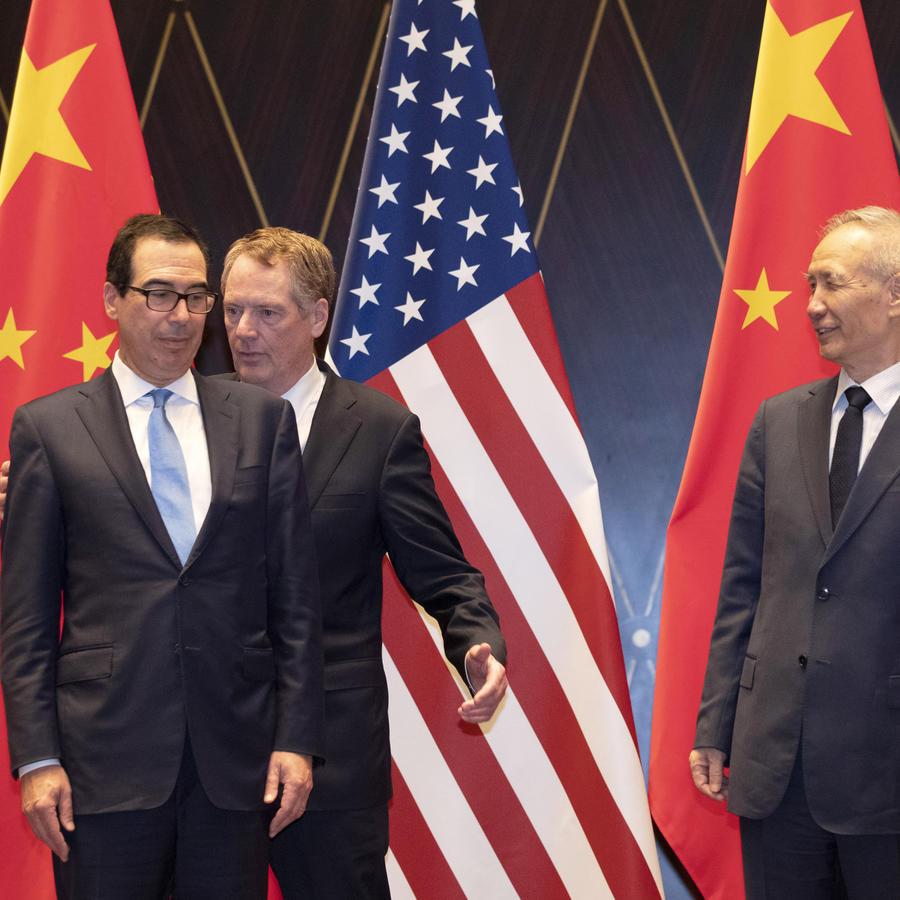 El representante comercial estadounidense Robert Lighthizer, al centro, intercambia posición con el secretario del Tesoro Steven Mnuchin, mientras a la derecha se encuentra el vicepresidente chino Liu He looks, en el Centro de Conferencias Xijiao, en Shan