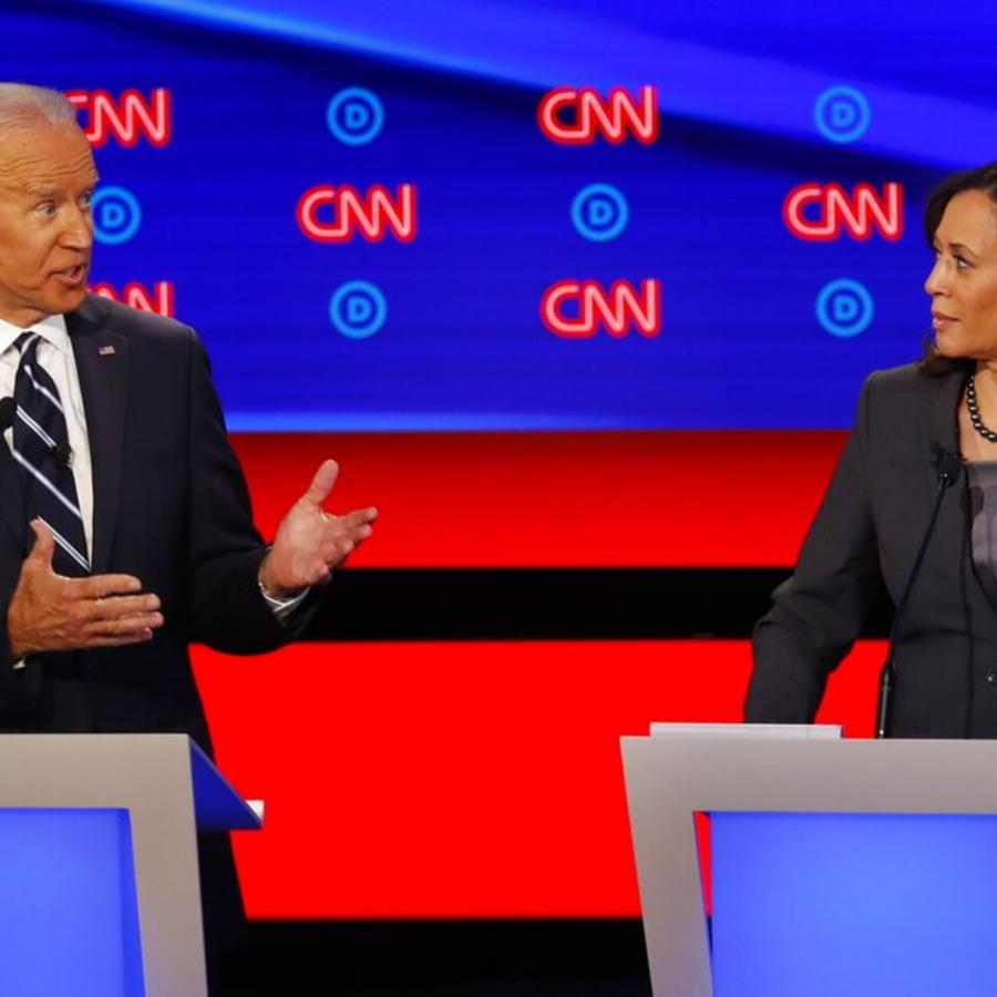 La senadora Kamala Harris escucha al el exvicepresidente Joe Biden durante el segundo de dos debates de aspirantes a la candidatura demócrata a la presidencia, el miércoles 31 de julio de 2019, en el Fox Theatre en Detroit.
