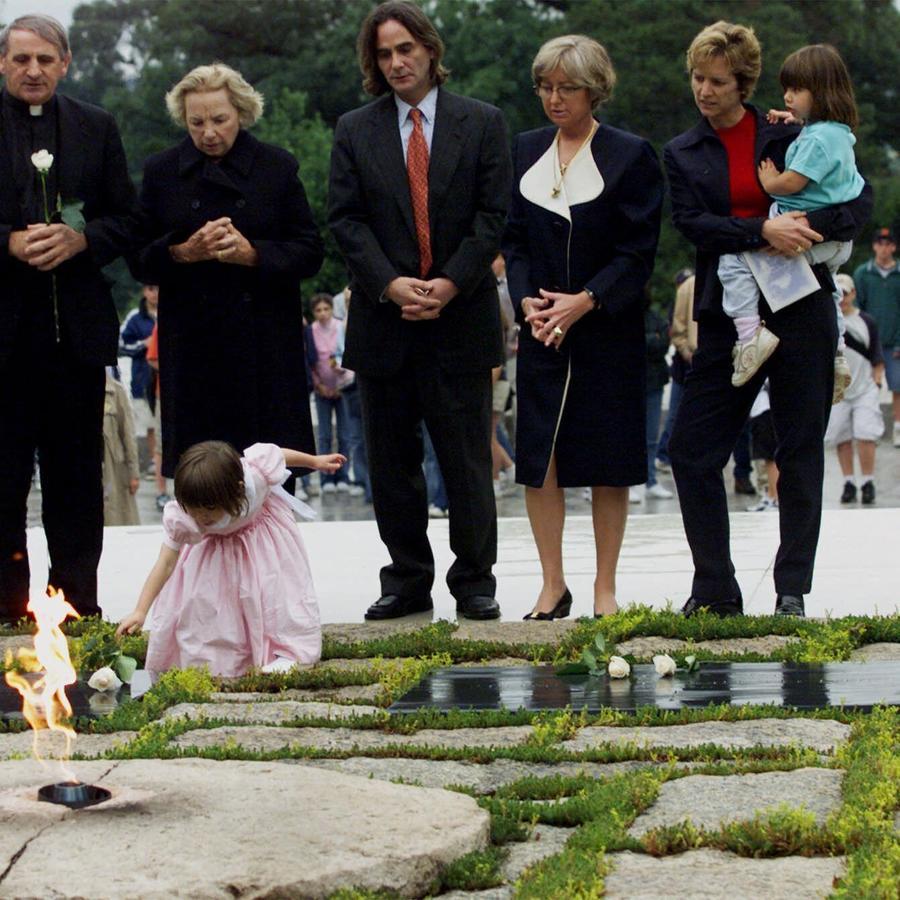 Saoirse Kennedy Hill colocando una rosa sobra la tumba del presidente John F. Kennedy