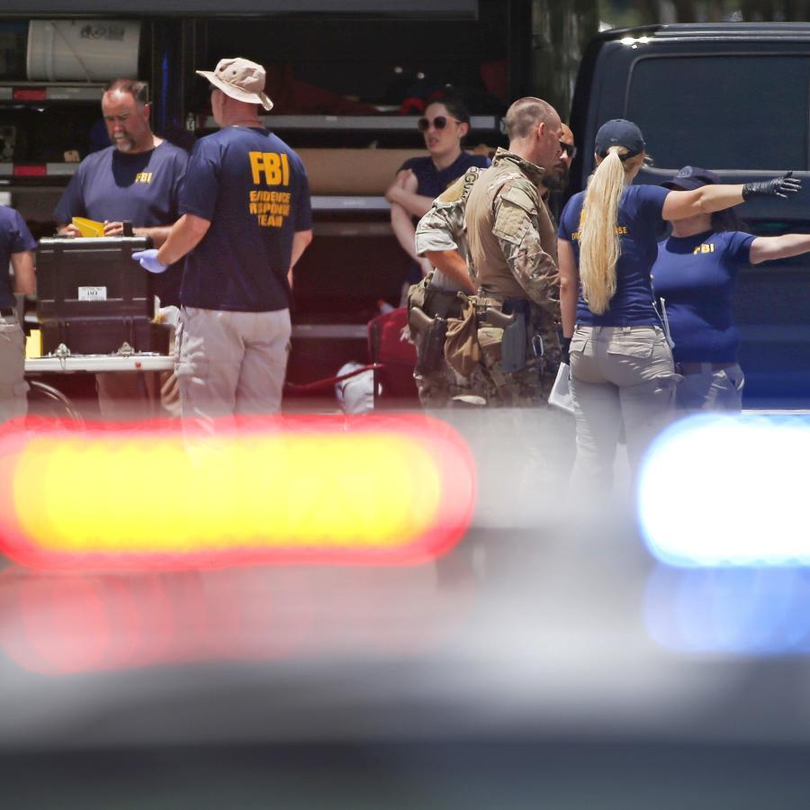 Fotografía de archivo de un grupo de agentes del FBI investigando una escena del crimen
