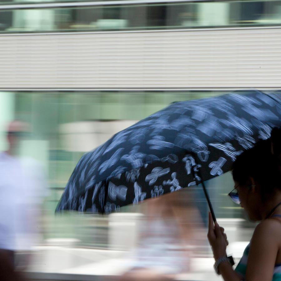 Una mujer se resguarda del calor en Bélgica