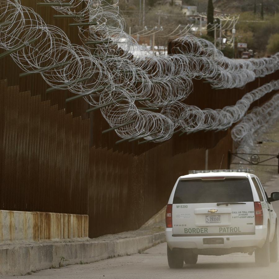 Vehículo de la Patrulla Fronteriza a lo largo de una sección de vallas en Nogales