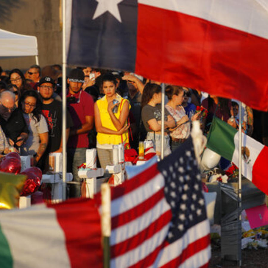 Algunas personas homenajean el pasado 6 de agosto a las víctimas del tiroteo masivo de El Paso, Texas.