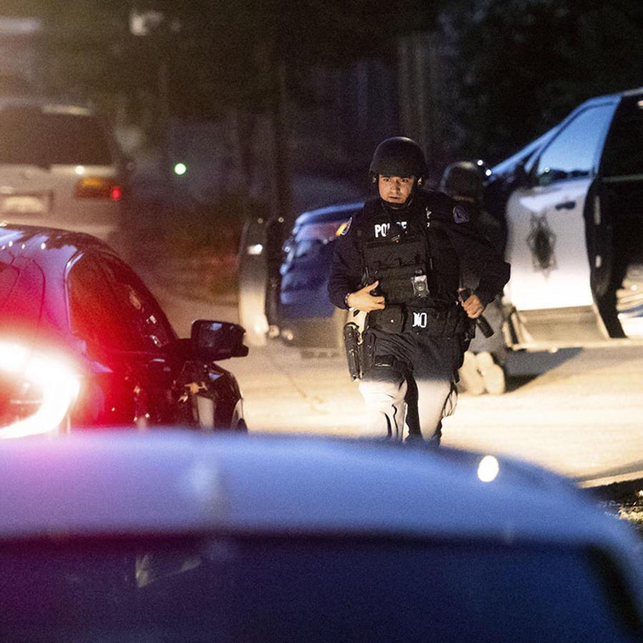 Policía de California responde a la escena de un tiroteo.