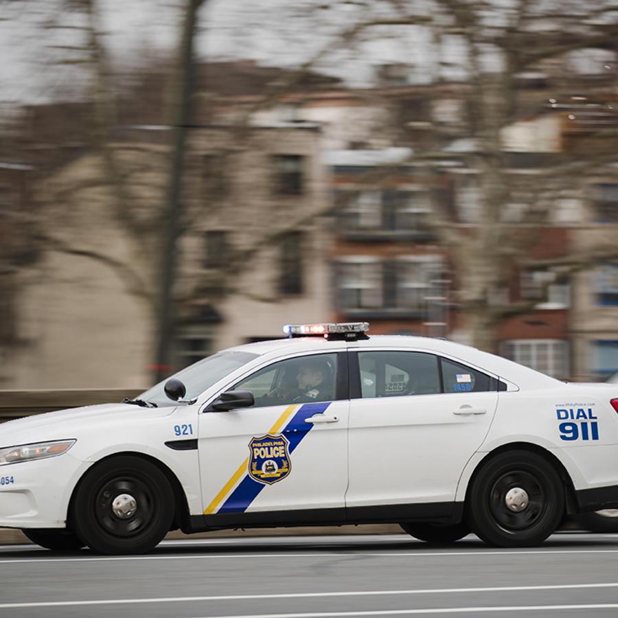 Una patrulla de la policía de Filadelfia se desplaza por las calles de la ciudad.