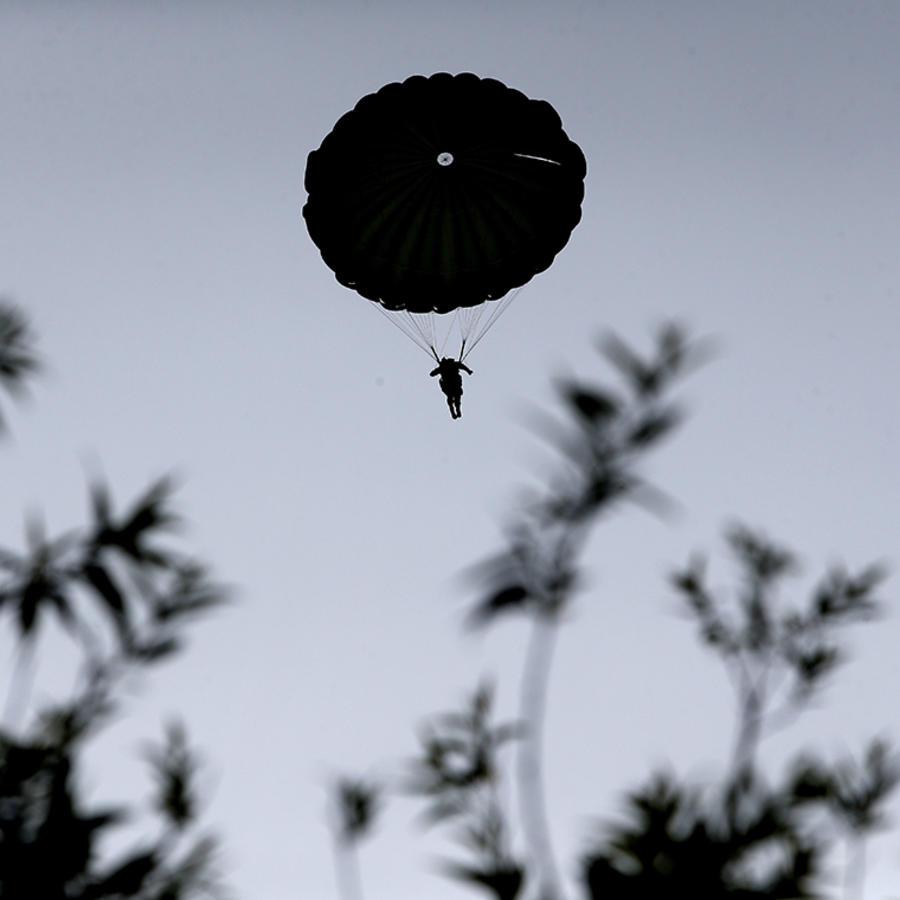 Un paracaidista desciende en territorio de Francia.