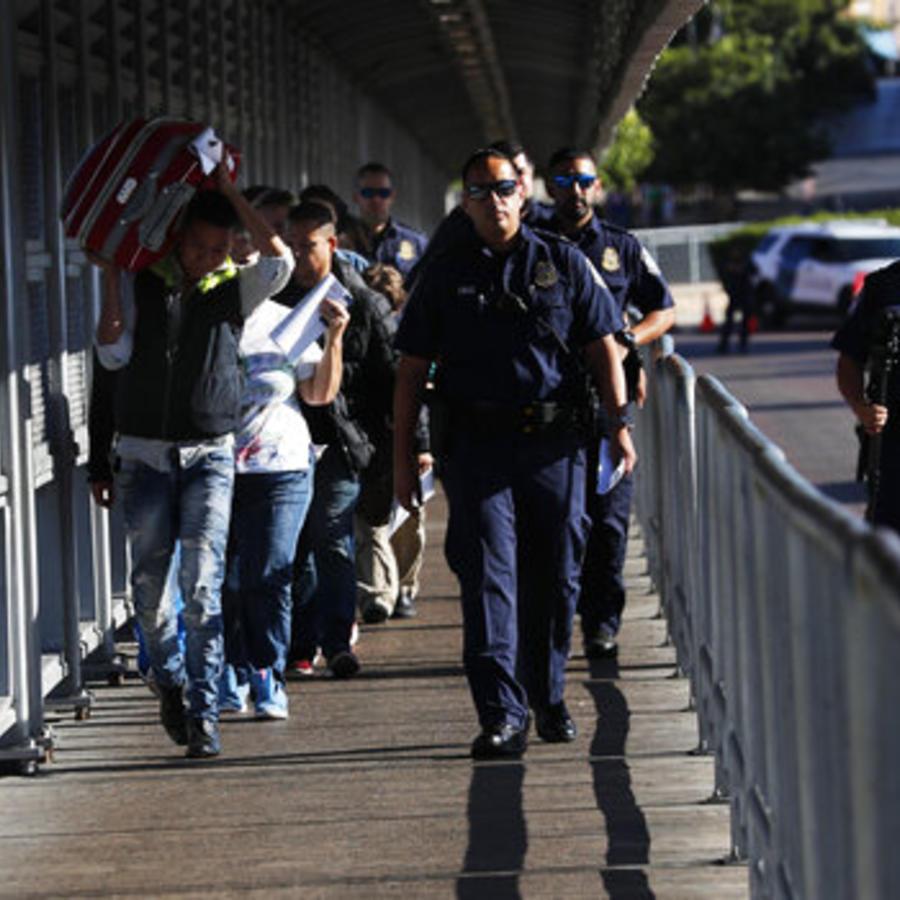 Agentes de la Patrulla Fronteriza acompañan a migrantes de vuelta a México a través de la frontera entre Laredo (Texas) y Nuevo Laredo (México).