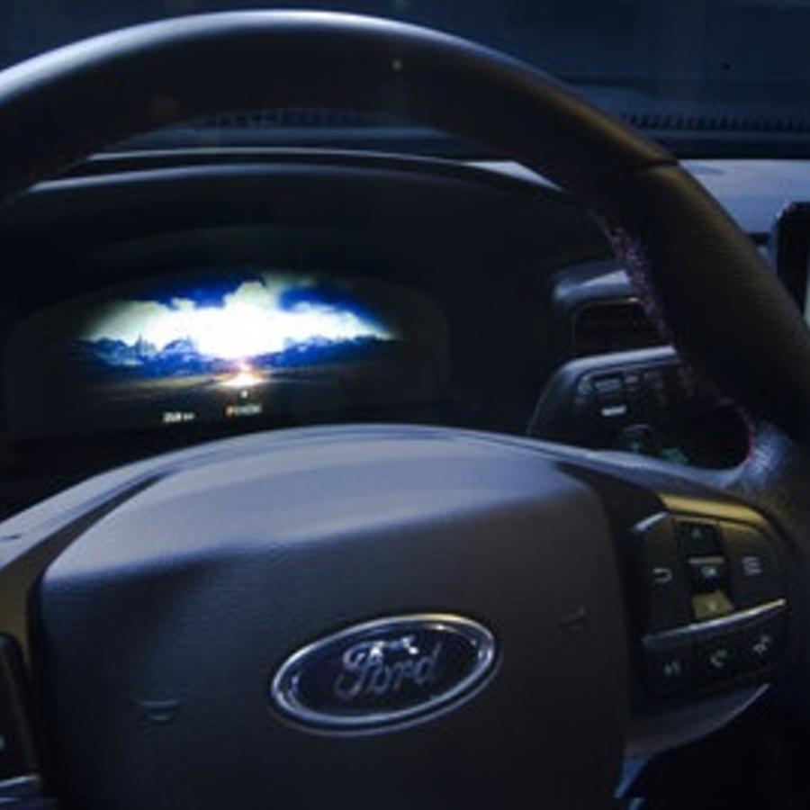 El interior de un carro Ford Explorer, el modelo de vehículo con el que una niña de 12 años atropelló a un hombre provocando su muerte.