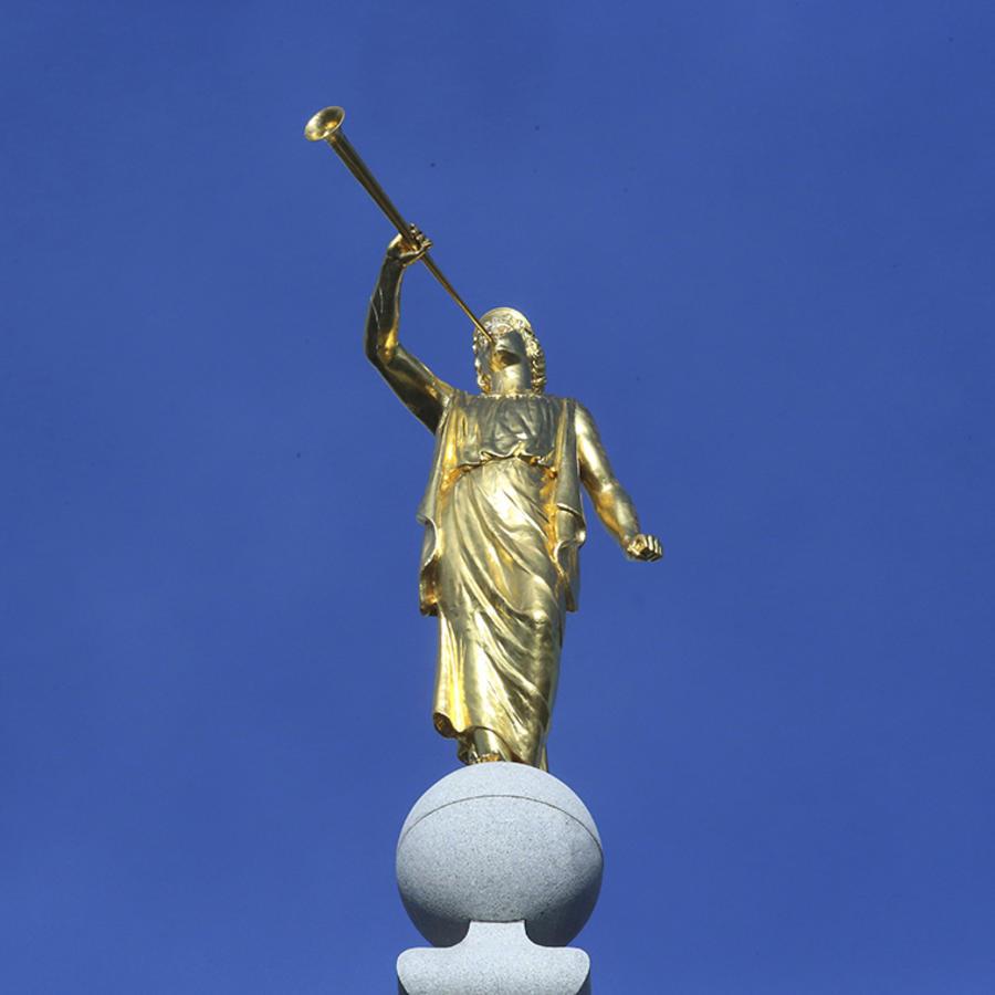 La estatua del ángel Moroni se asienta sobre el templo de Salt Lake City de La Iglesia de Jesucristo de los Santos de los Últimos Días.