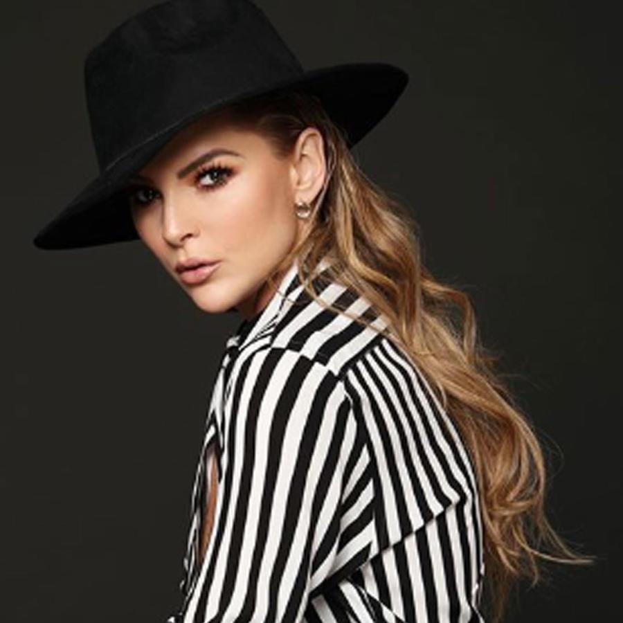 Marjorie de Sousa posando con sombrero