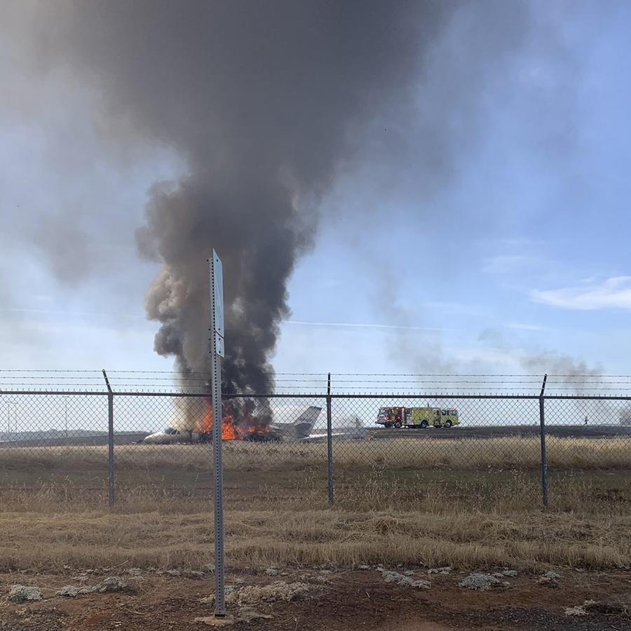 La escena en la que un avión estalló en llamas después de abortar un despegue