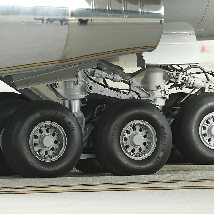 Imagen de archivo del tren de aterrizaje de un avión en el aeropuerto de Miami.