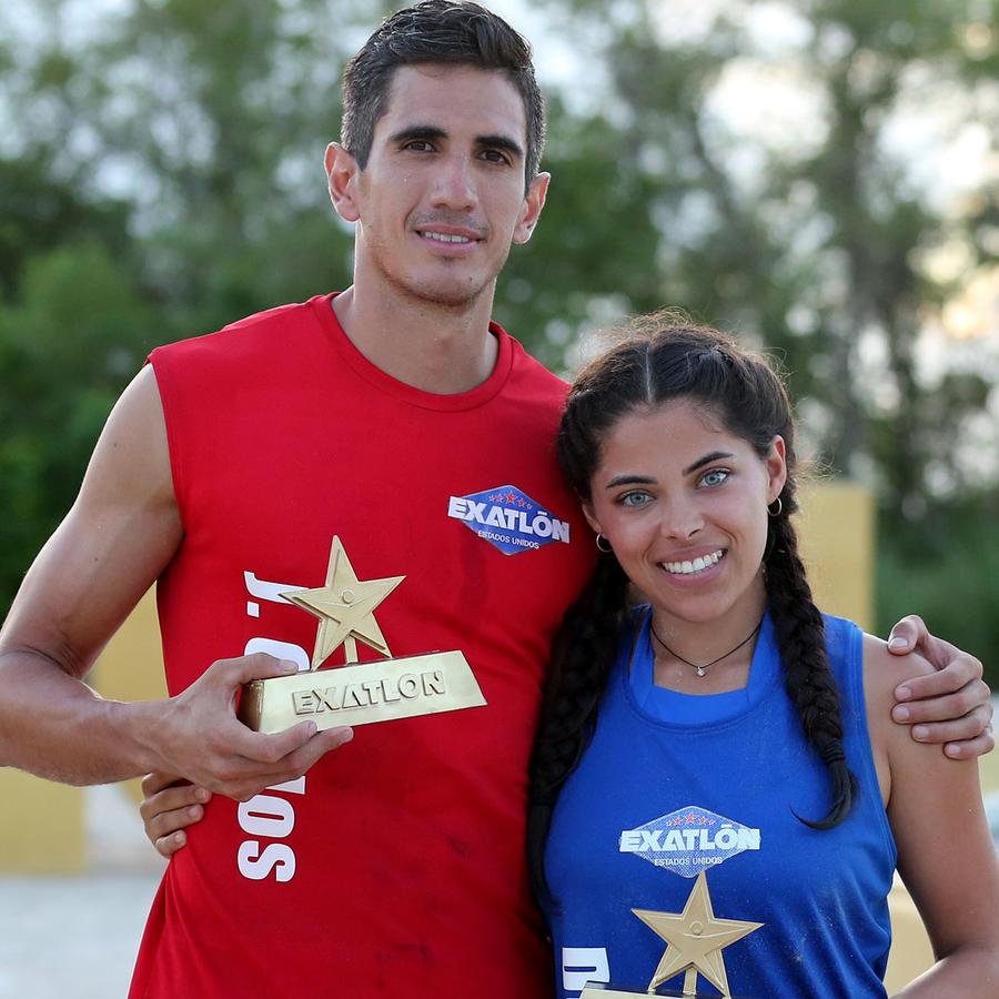 José Carlos Herrera y Denisse Novoa muestran su lingote de oro