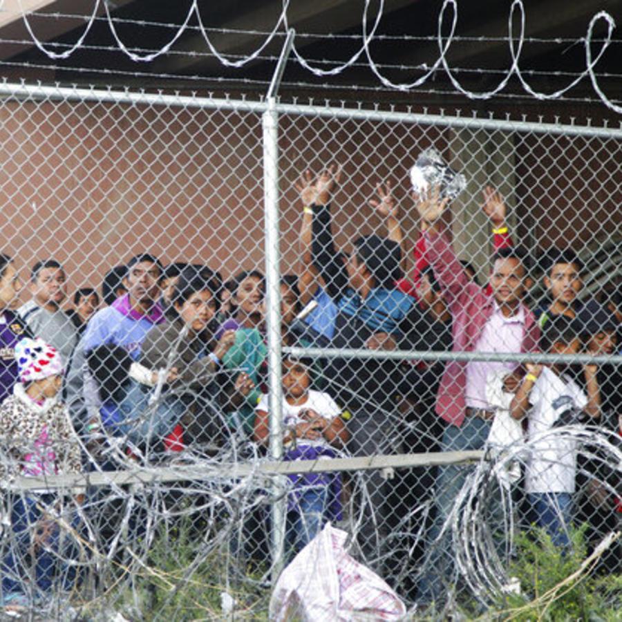 Migrantes centroamericanos, entre ellos menores, detenidos en instalaciones de la Patrulla Fronteriza en El Paso, Texas (imagen de archivo).