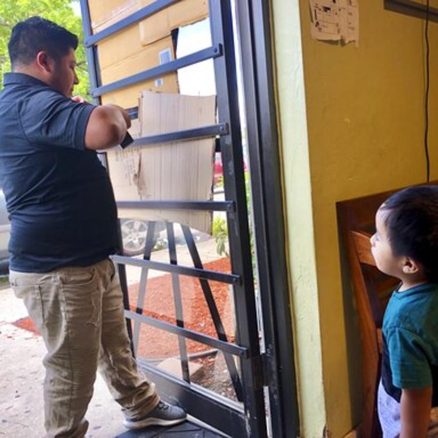 Un voluntario del Guatemalan-Maya Center de Florida contribuye este viernes a la preparación del lugar para prevenir el posible impacto de Dorian.
