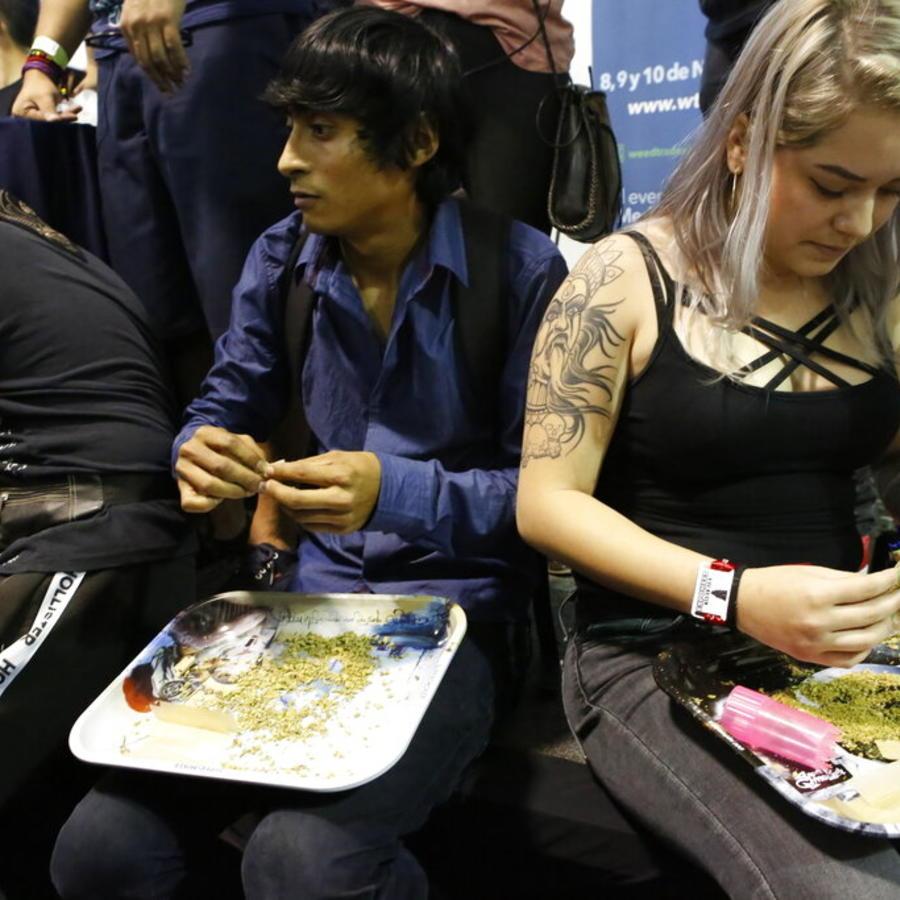 Daniel Santacruz, en el centro, y Silvia Santoyo, a la derecha, participan en el concurso a mejor liador utilizando orégano como sustituto para la marihuana, en la 4ta edición de la feria sobre cannabis ExpoWeed, en Ciudad de México, el sábado 31 de agost