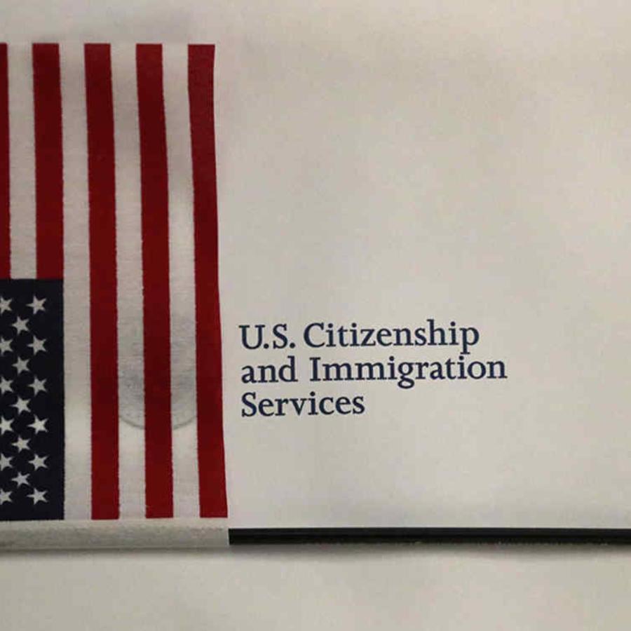Una bandera de EEUU y papeles de USCIS, antes de una ceremonia de naturalización celebrada en Florida.