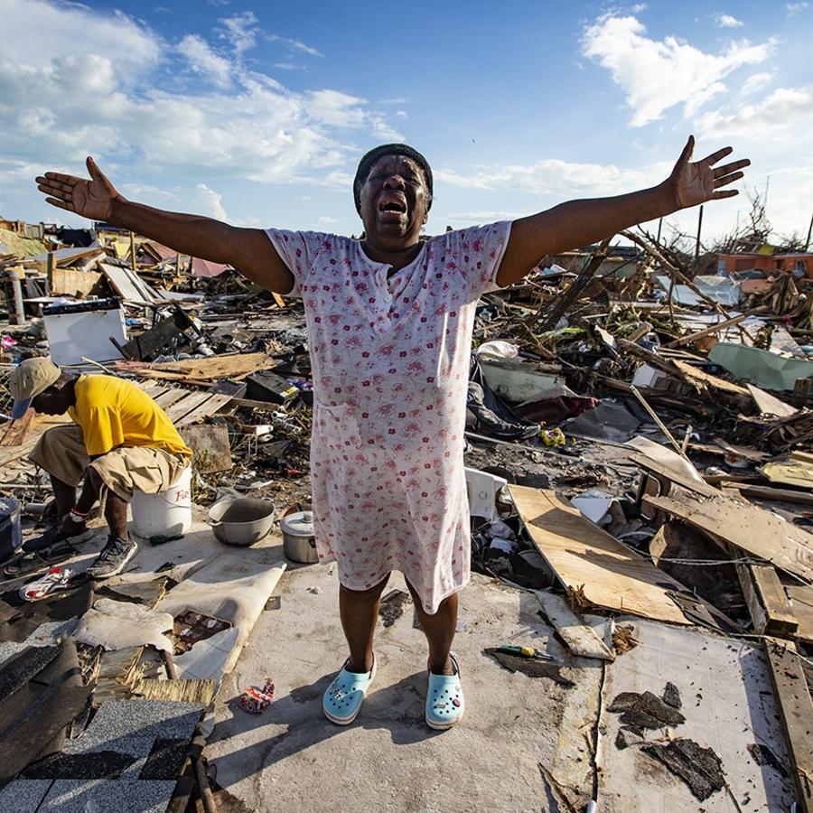 Aliana Alexis, el jueves sobre los restos de su vivienda en Abaco.