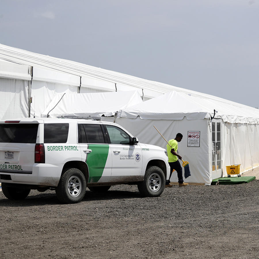 Un trabajador ingresa a una de las carpas de la Patrulla Fronteriza en Donna, Texas.