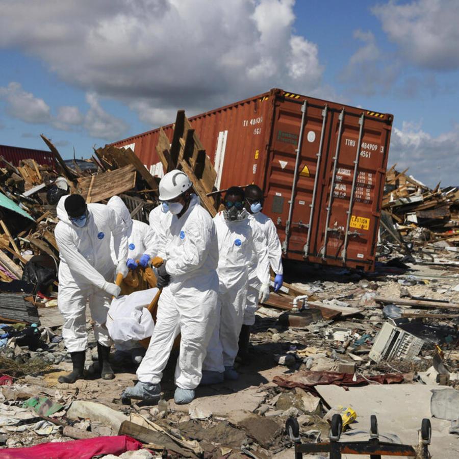 """Forenses de Bahamas cargan un cuerpo en el vecindario de """"El Lodazal"""" en la zona de Marsh Harbor en la Isla Ábaco, en las Bahamas, tras el paso del huracán Dorian, el lunes 9 de septiembre de 2019."""