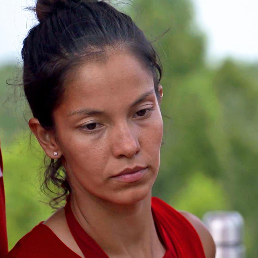 Olimpia Villalobos mira triste hacia abajo