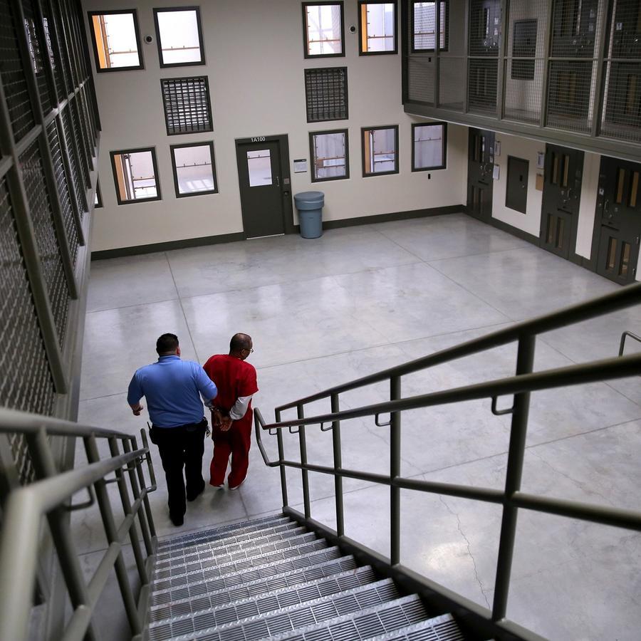 Un inmigrante detenido en una prisión privada en Adelanto, California, en una imagen de 2013.