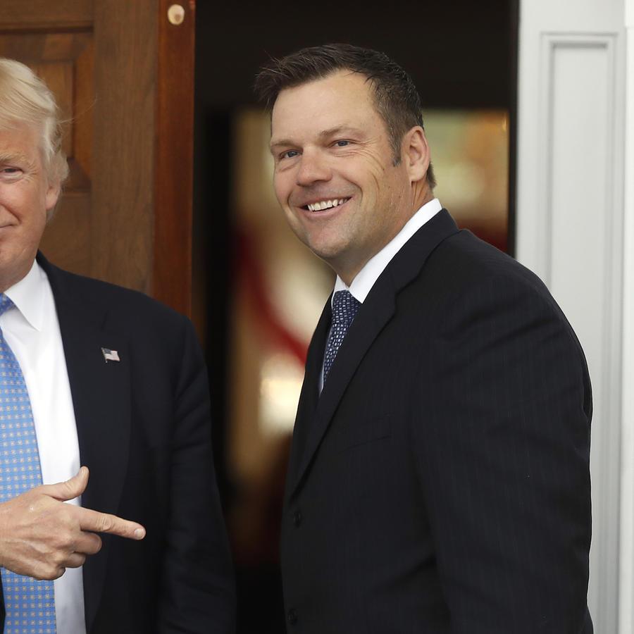 Imagen de archivo de Kris Kobach con el presidente, Donald Trump.