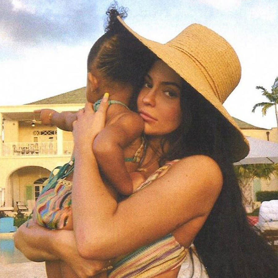 Kylie Jenner con su hija Stormi en una alberca