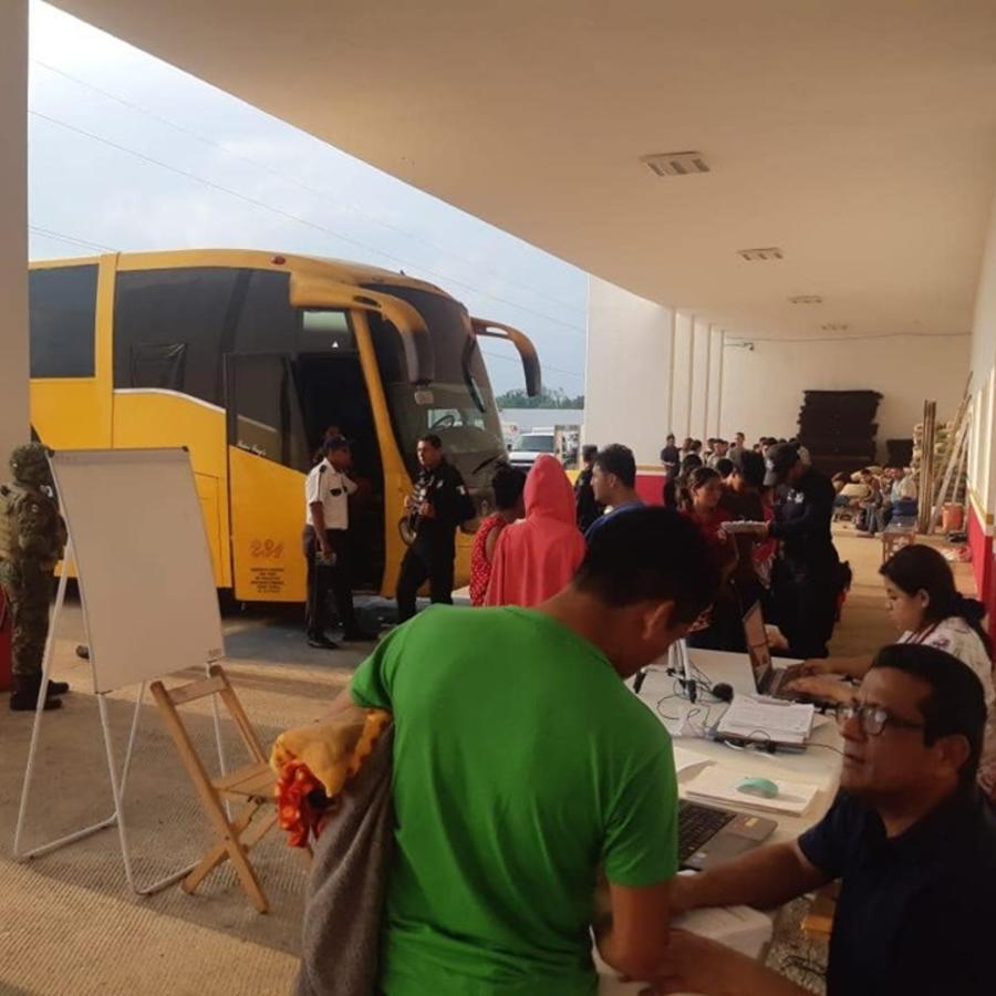 Autoridades de México atienden a un grupo de 195 migrantes interceptado en una carretera del estado de Veracruz.