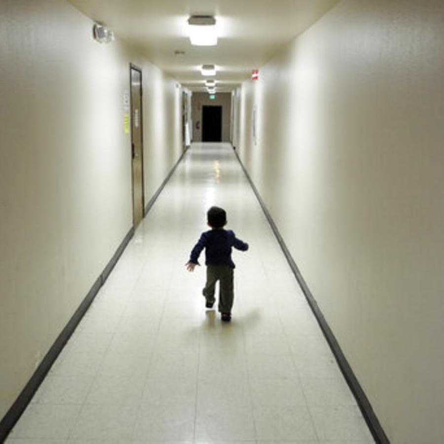 Un niño solicitante de asilo procedente de América Central en un centro de detención de inmigrantes (imagen de archivo).