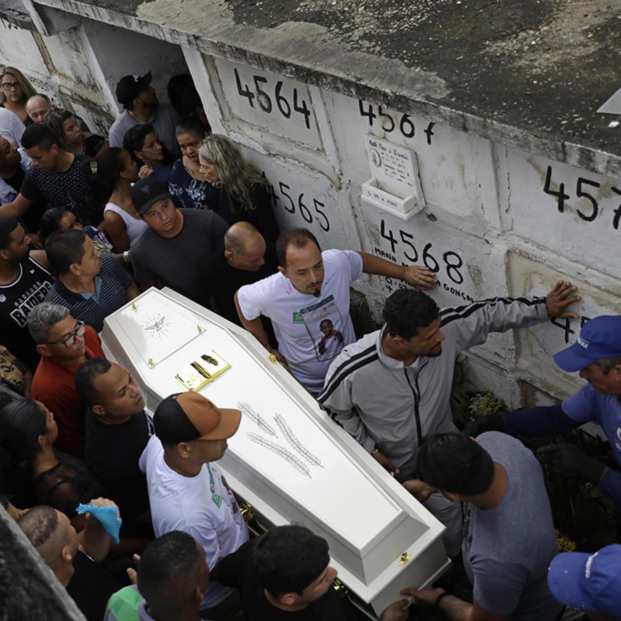 Varias personas cargan el ataúd de la niña Ágatha Sales Felix, de 8 años, quien murió por una bala perdida en Río de Janeiro.
