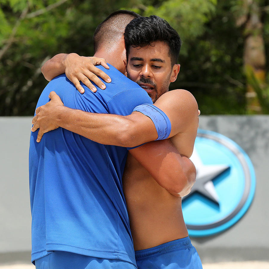 Jay Flores abraza a Javier Lucero