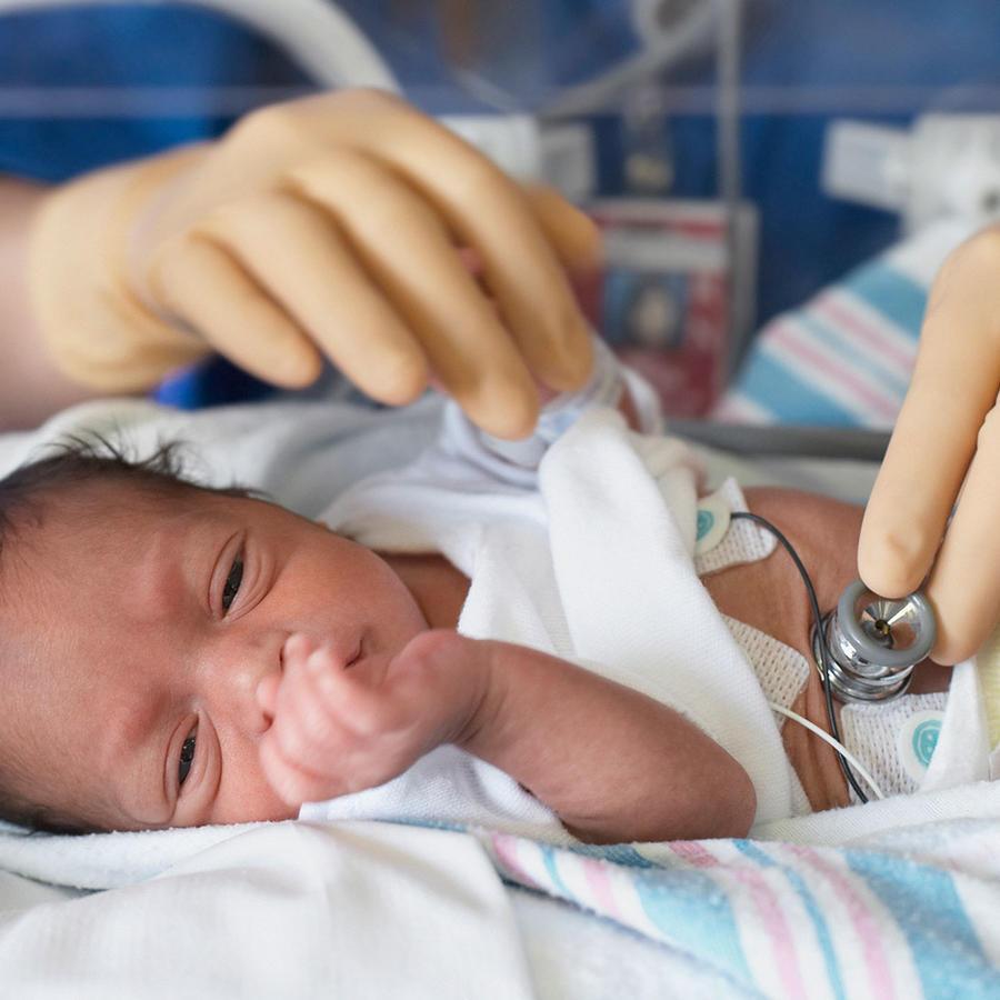 Bebé en encubadora