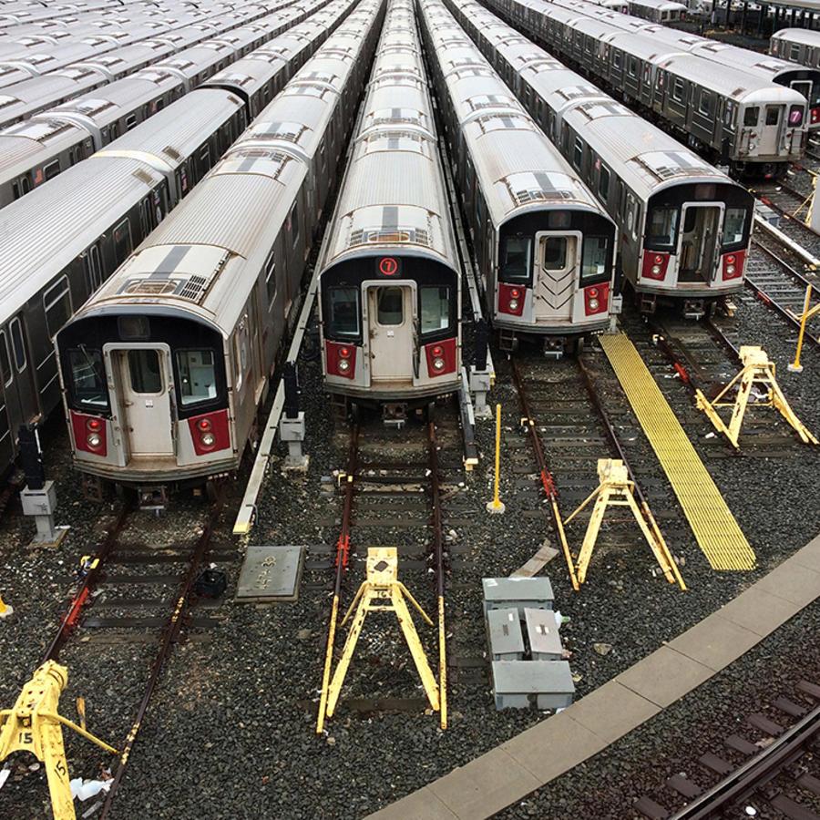 Varios trenes del servicio de metro de la ciudad de Nueva York.