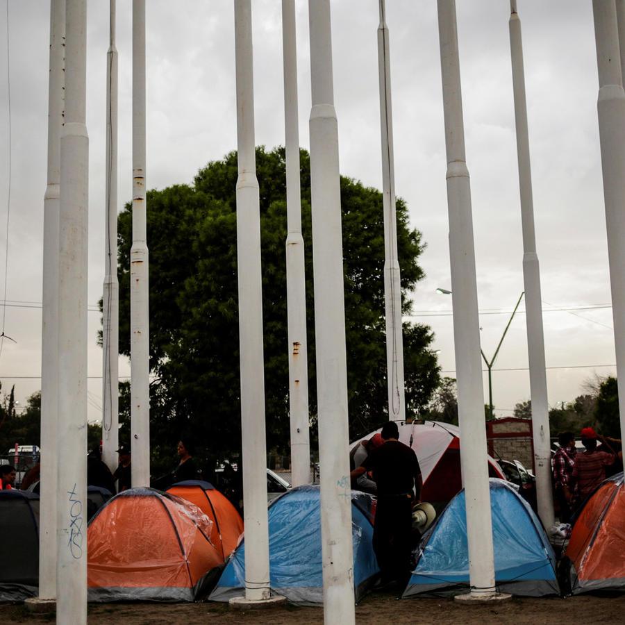 Personas en tiendas de campaña debido a la tormenta tropical Narda a su paso por México