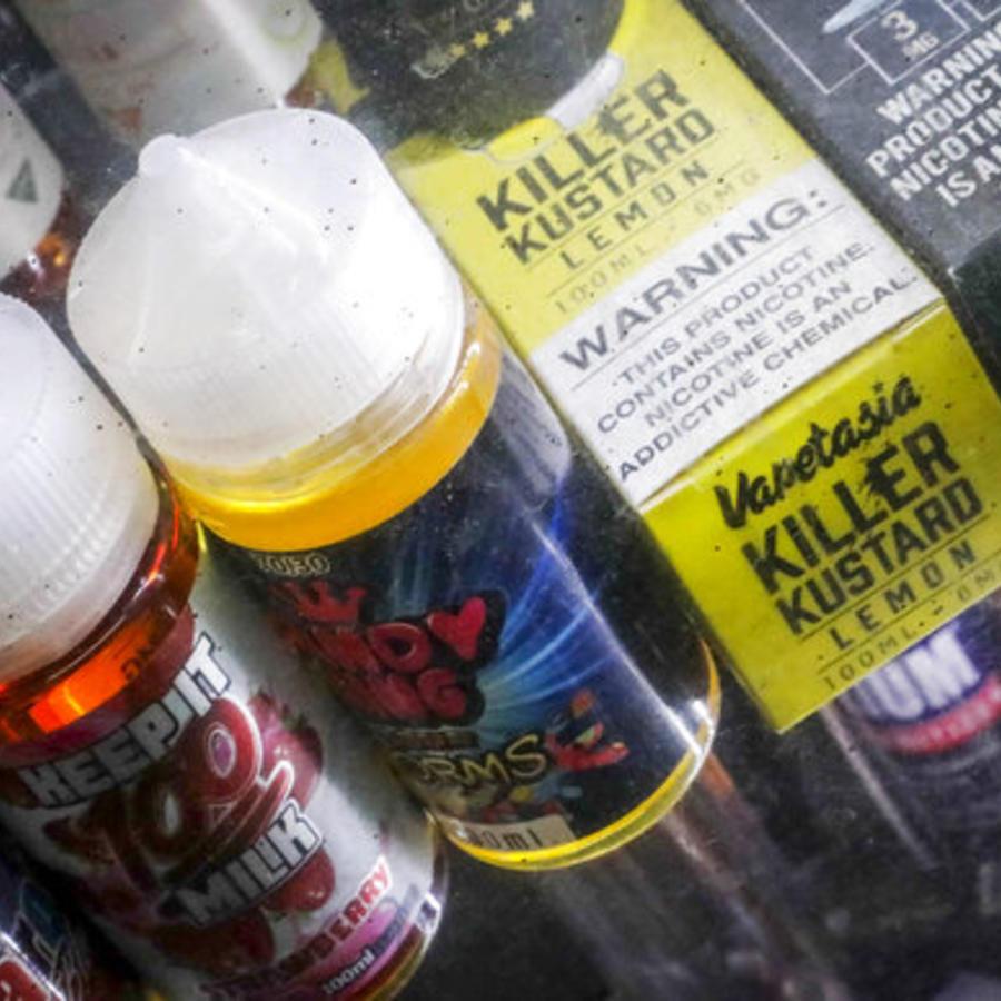 Productos de vapeo en el escaparate de una tienda de Nueva York.