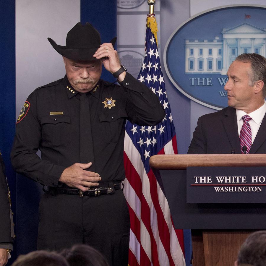 El sheriff Bill Waybourn, con sombrero negro, junto al director de ICE, Matt Albence, este jueves en la Casa Blanca.
