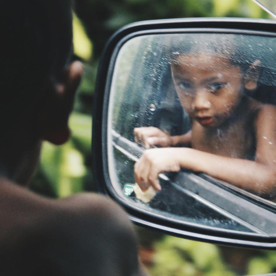 Niño dentro de un carro