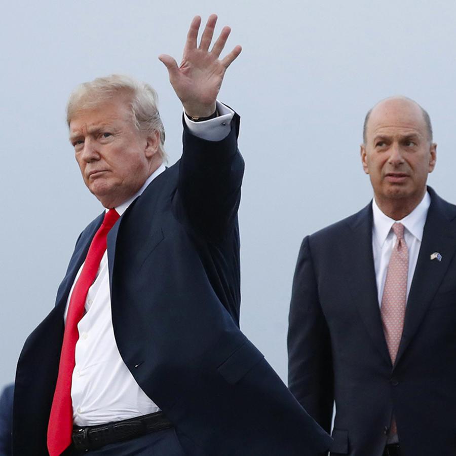 El presidente Trump es acompañado por Gordon Sondland, embajador ante la Unión Europea, al llegar a la Base Aérea Melsbroek, en Bruselas, Bélgica.