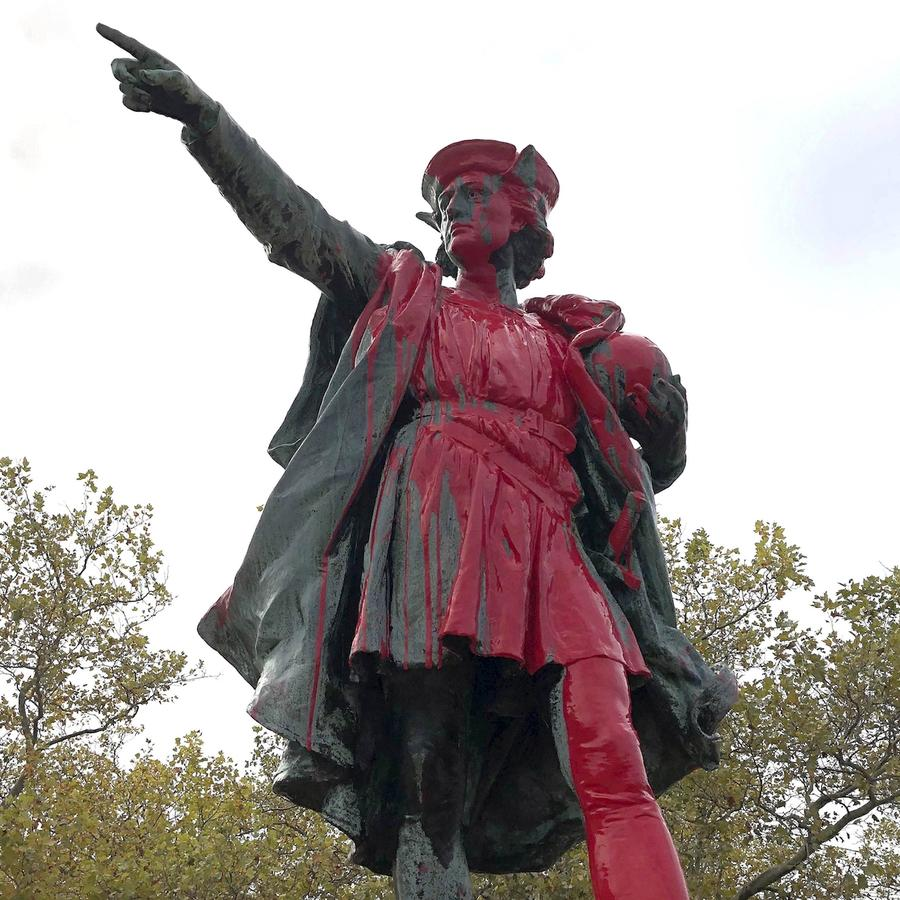 Estatua de Colón vandalizada este lunes en Providence (Rhode Island).