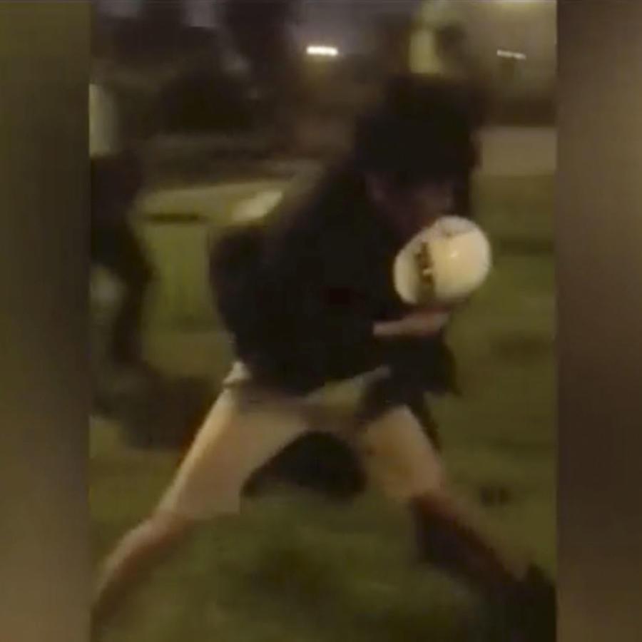 Policía golpeado